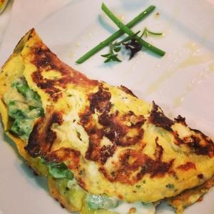 Omelete de ervas com creme de aspargos